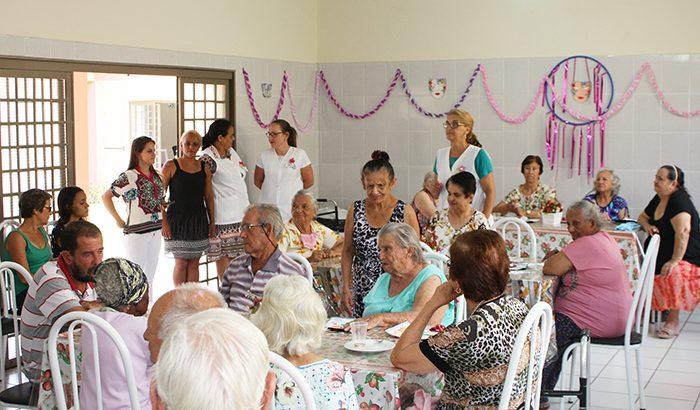 Idosos do Centro Dia recebem festa em aniversário da patrona