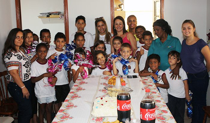 Adolescentes e crianças recebem ovos de chocolate em projetos sociais