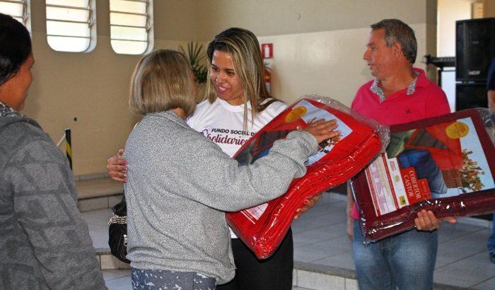 Fundo Social de Solidariedade realiza entrega de cobertores na Campanha do Agasalho