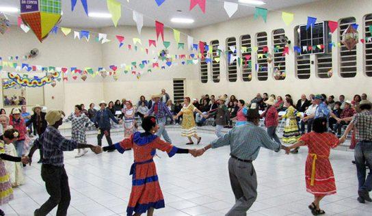 Idosos comemoram festejos juninos com quadrilha
