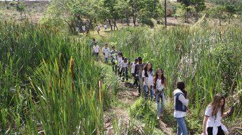 Projeto de preservação de nascentes leva alunos para o Bairro São Miguel