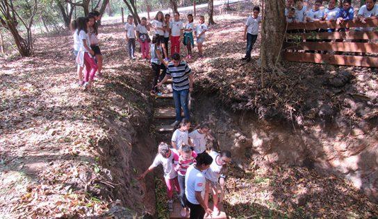 Alunos da EMEB Lourdes Siqueira conhecem nascente de água