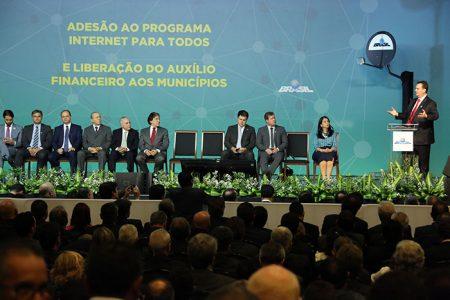 Foto: Bruno Peres/MCTIC. Ministro da Ciência, Tecnologia, Inovações e Comunicações, Gilberto Kassab durante lançamento do programa Internet Para Todos.