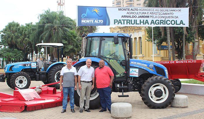 Prefeitura expõe novos tratores que serão utilizados na Agricultura Familiar em Monte Alto