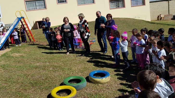 Crianças da EMEB Maria de Lourdes Bizelli Ulian ganham novo playground