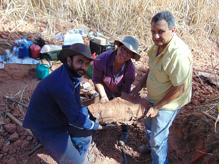 José Augusto, Sandra e Cledinei com bloco de rocha contendo fosseis