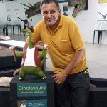 """Cleidinei com o """"Dineissauro"""", novo mascote do Museu de Paleontologia"""