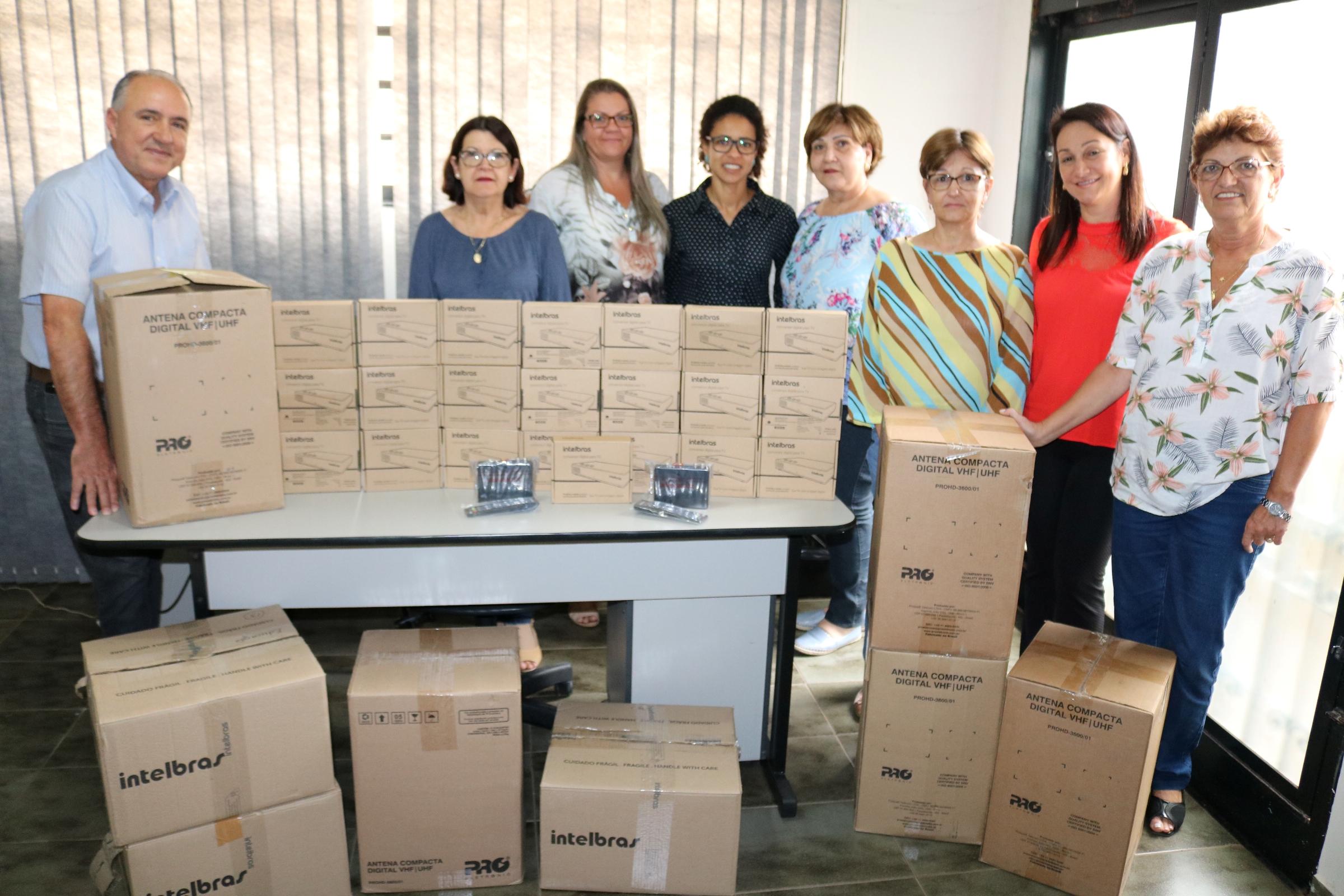 A secretária Silvania Geradi e equipe apresentam os kits recebidos ao prefeito João Paulo