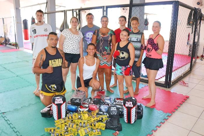 Lu Alexandre com os instrutores e jovens inscritos no projeto site