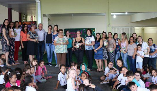 Alunos da EMEB Tiezerini recebem revista sobre cuidados com os animais