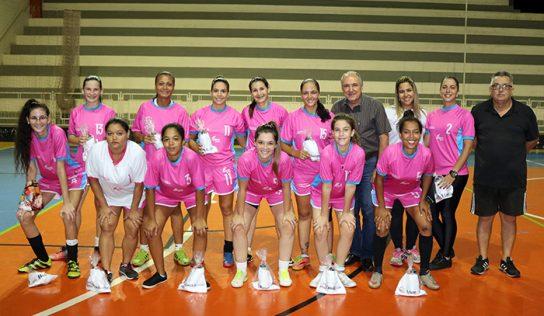 Fundo Social entrega uniformes ao futsal feminino de Monte Alto