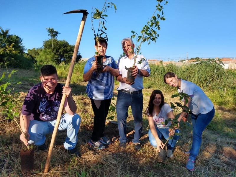 Sorveteria Super Moni realiza plantio de árvores