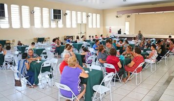 Idosas ganham café da tarde em homenagem ao Dia das Mães