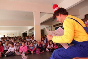 Alunos do ensino fundamental recebem teatro que fala sobre bullying e dengue