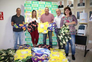 ACIMA entrega cobertores da Campanha do Agasalho