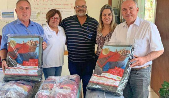 Fundo Social entrega cobertores a entidades do município