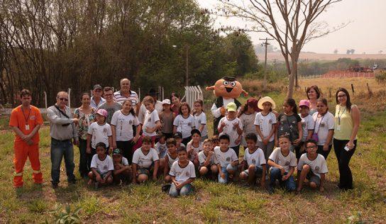 """Plantio de árvores leva alunos da EMEB """"Lourdes Siqueira"""" ao Distrito Industrial"""