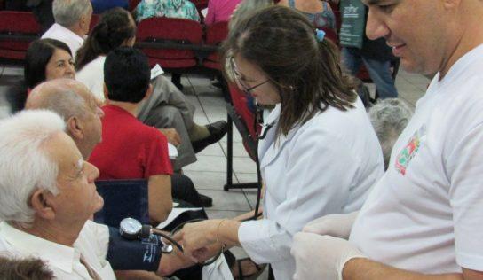 Cirurgias de catarata e pterígio são realizadas em carreta da Saúde