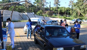 'Drive-thru' agiliza vacinação dos idosos em Monte Alto