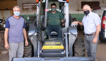 Prefeitura adquire minicarregadeira para agilizar manutenção na cidade