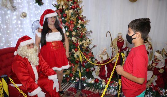 Papai Noel acolhe crianças em sua casa na Praça Central